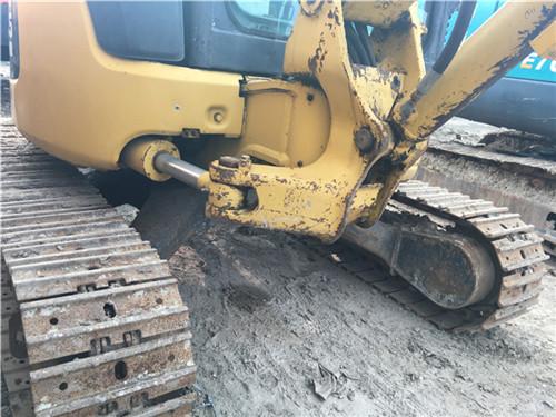 小松PC35二手挖掘机交易市场正面图