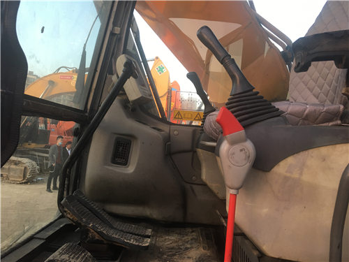 三一SY135二手挖掘机驾驶室
