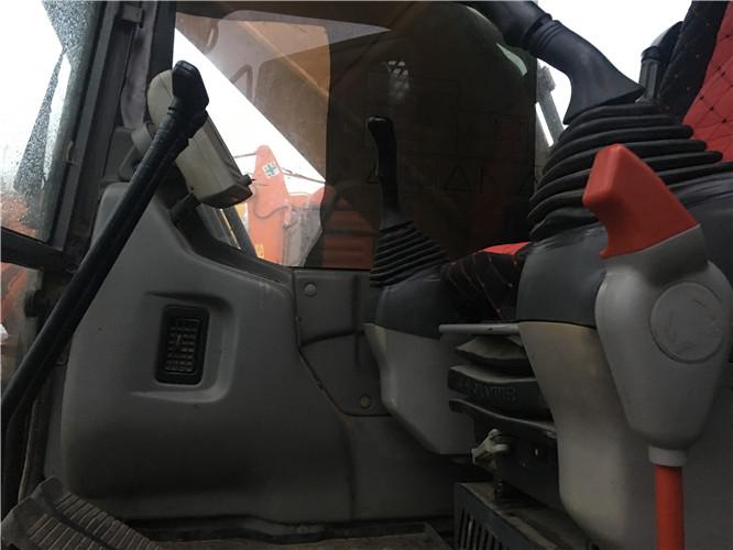 三一215C二手挖掘机市场转让信息驾驶室