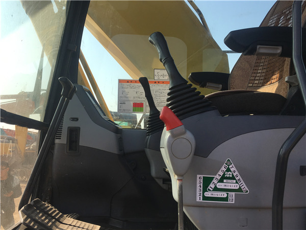 小松PC220-7二手挖掘机出售信息驾驶室