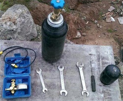 挖掘机为什么要加氮气,该加多少,加多会爆炸吗?