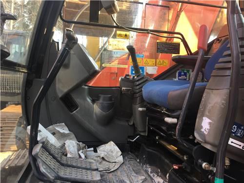進口日立135二手挖掘機駕駛室